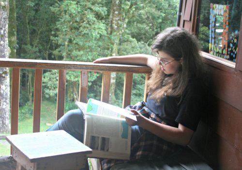 Estudiando en el balcón